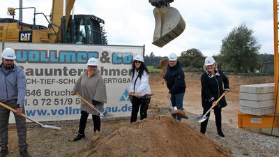 Beim Spatenstich mit Bülent Acar von der Baufirma Vollmer, OB Petra Becker, Diakonieleiterin Gudrun Mund, Investor Markus Wirth und Architektin Ingeborg Scheyer.