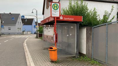 Verwaiste Bushaltestelle: In der Weingartener Straße in Stutensee-Staffort halten seit 13. Juni nur noch Schulbusse.