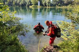 Feuerwehr, DLRG und Polizei haben am Baggersee in Stutensee-Staffort nach einer Person gesucht.