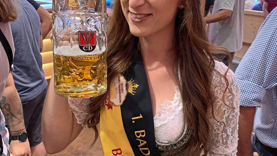 """Prosit: Mindestens bis Mai wird Laetitia Nees auf dem """"Thron"""" als Baden-Württembergs erste Bierkönigin sitzen. Ihre Amtszeit könnte aber auch verlängert werden."""