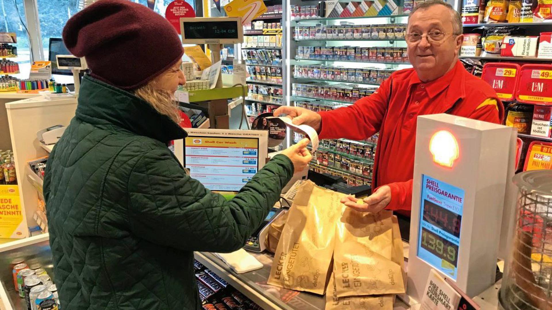 """Helmut Welszek von der Shell-Tankstelle in Weingarten nennt die Bon-Pflicht den """"größten Schwachsinn""""."""