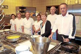"""In der Küche des """"Restaurants Insel Rott am Rhein"""" ist es ruhig geworden. Werner und Cornelia Roth (rechts vorne) treiben starke Sorgen ums Geschäft und die Belegschaft um."""