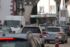 Längst nerviger Verkehrsalltag in Söllingen: Die stark befahrene Hauptstraße und der damit verbundene Lärm lassen die Anwohner leiden. Die Lärmkartierung zeigt auf, wo es besonders laut und damit gesundheitsschädlich zugehen kann.