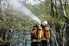 Die Feuerwehr hat am Ostersonntag einen Flächenbrand am Baggersee in Weingarten gelöscht.