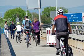 Radler und Fußgänger erobern an Ostern die für den Fahreugverkehr gesperrte Rheinbrücke.