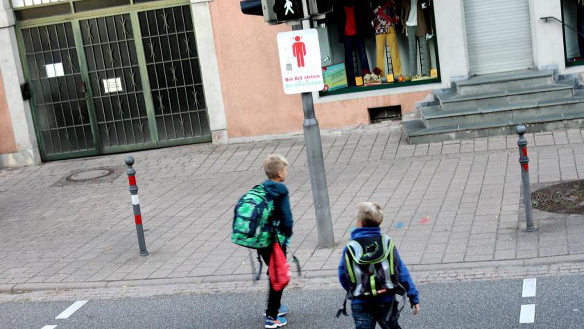 So ist es richtig: Diese Weingartener Schüler queren die Straße bei Grünlicht.