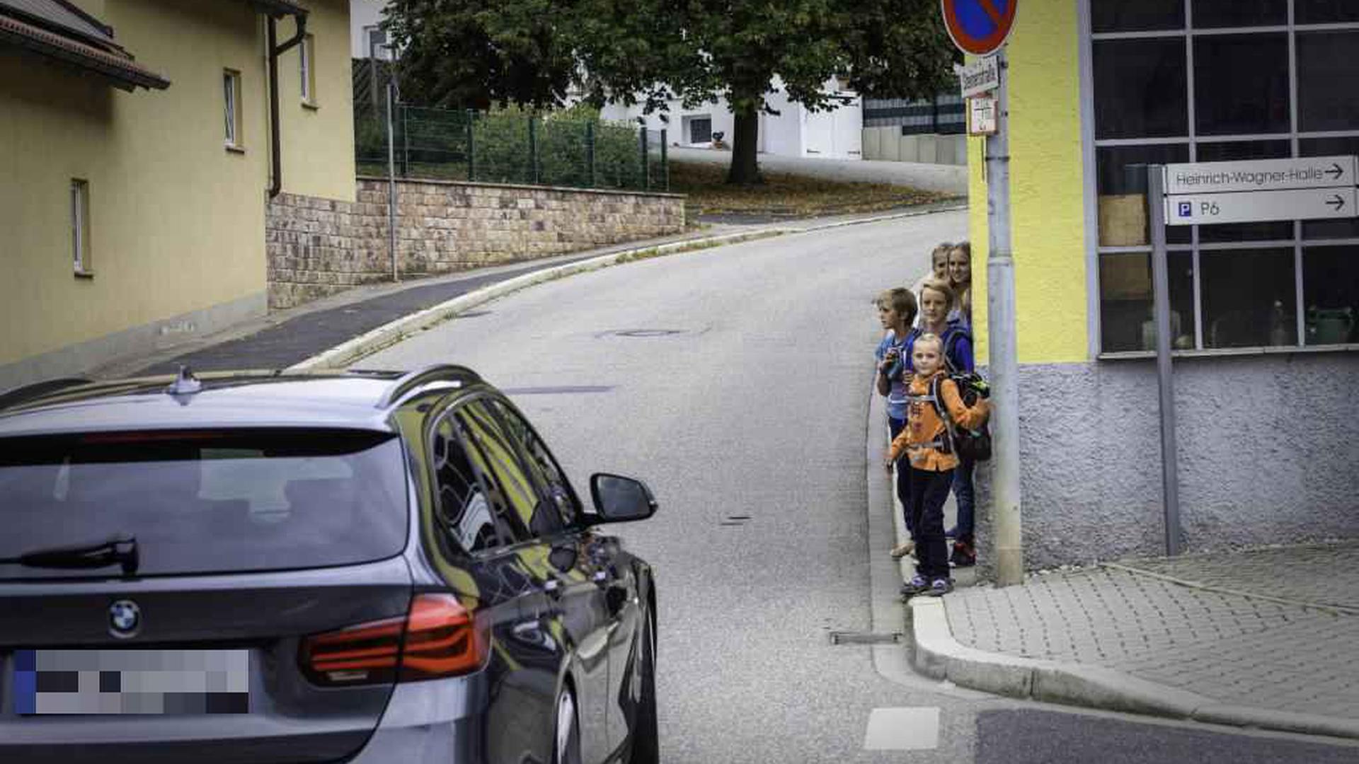 Gefährliche Stelle in Walzbachtal-Wössingen: Kinder aus dem Hauweg warten an der Steiner Straße, dass sie über die Fahrbahn können. Auf Initiative aus der Bevölkerung wurde ein parallel verlaufender Weg ausgebaut.