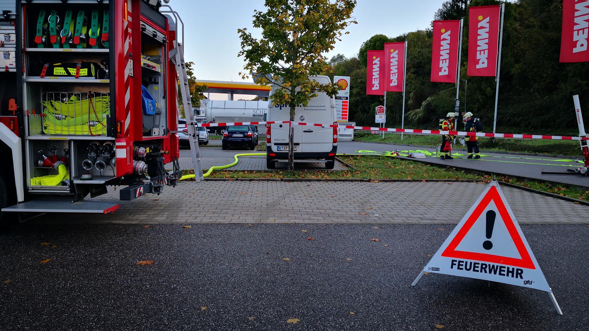 Weiträumig abgesperrt ist die B3 zwischen Ringstraße und Bruchwaldstraße. Ein Gasanlieferer hatte am frühen Morgen ein Gasleck an einer dortigen Tankstelle entdeckt.