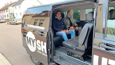 """Sergen Aydogan (links) und Mike Barth von der Jungen Union finden die """"MyShuttles"""" einen guten Ansatz, fordern aber längere Verfügbarkeit - auch nach 2 Uhr."""