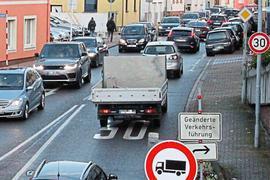 Tempo 30 und keine Lkw: Die B10 in Berghausen ist seit Jahrzehnten massiv vom Verkehr belastet. Die Einschränkungen bringen gefühlt keine Erleichterung.