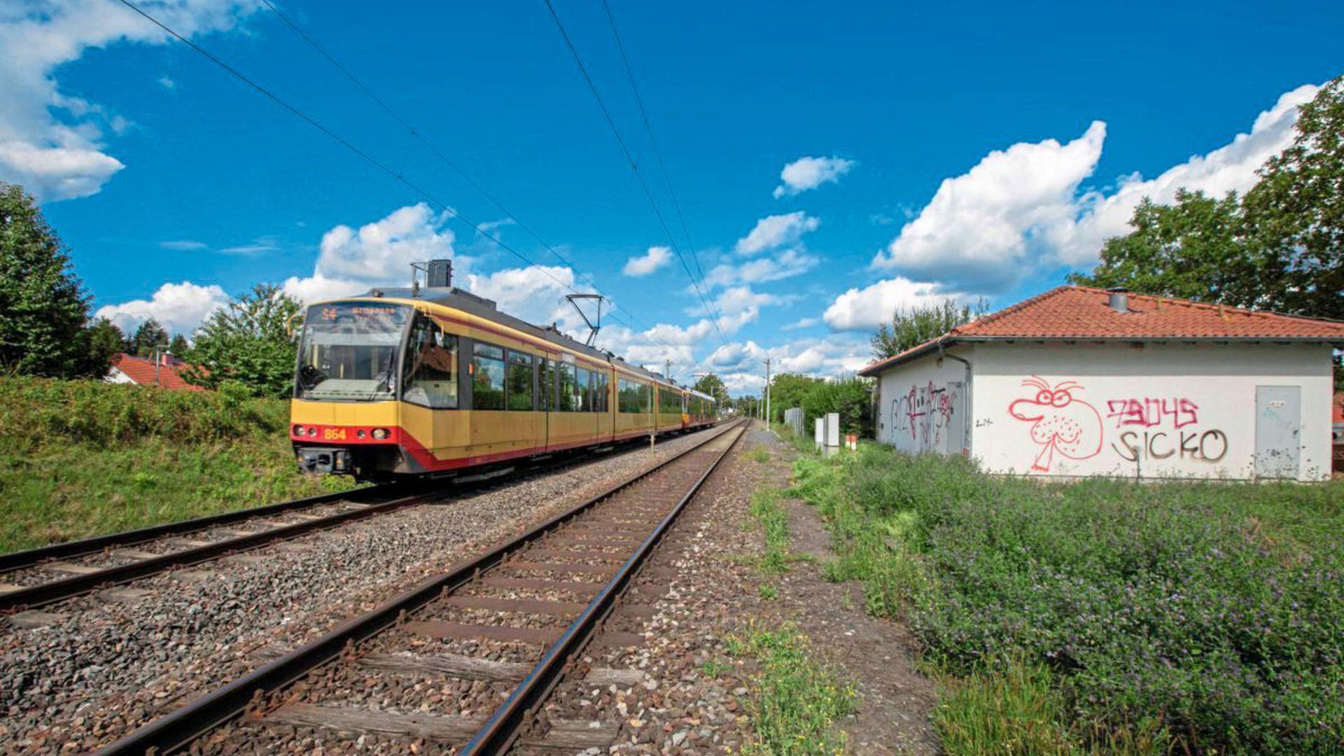 """Eher unscheinbar ist das von Graffiti """"verzierte"""" Stellwerk der Bahn an der S4-Strecke Karlsruhe – Bretten in Jöhlingen. Die AVG, die diese Strecke fährt, hat das Stellwerk, das immer wieder Probleme verursacht, von der Bahn gepachtet."""