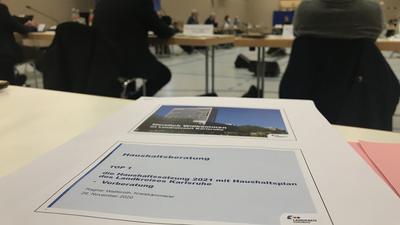 Der Verwaltungsausschuss des Kreistags hat am Donnerstag in der Sporthalle von Schloss Stutensee den Haushalt für 2021 beraten.