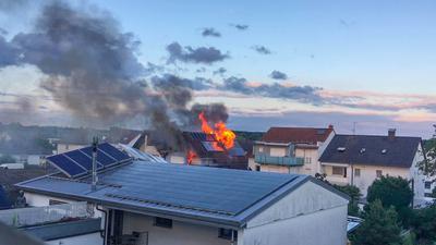 Die Rauchsäule war am späten Mittwochabend noch kilometerweit zu sehen.  Ein Übergreifen der Flammen konnte trotz der Intensität des Feuers von der Feuerwehr verhindert werden.