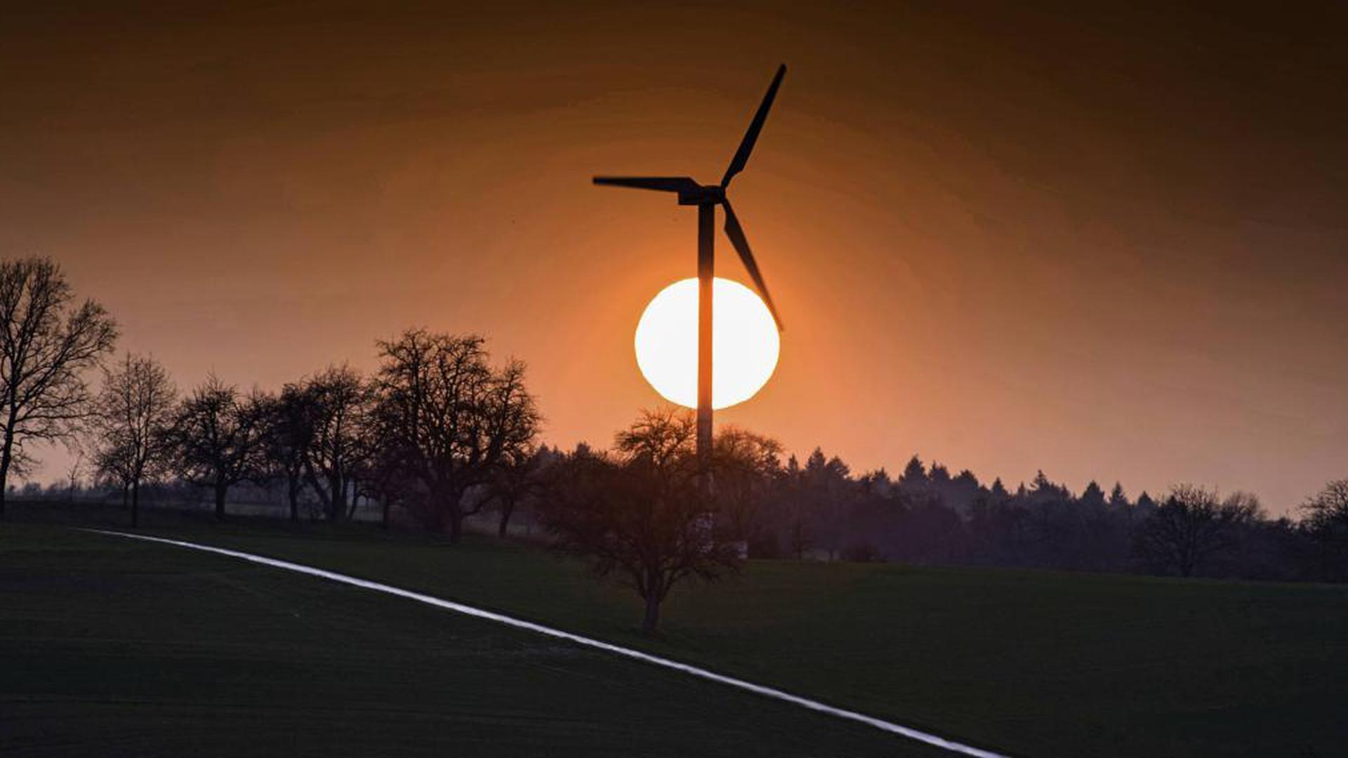 Natürlich Energie - aber im eigenen Umfeld nicht gern gesehen: Geplante Windkraftanlagen sorgen immer wieder für heftige Reaktionen in den betroffenen Gemeinden, jetzt auch in Weingarten und Walzbachtal. Das Foto zeigt die Windmühle auf der Wössinger Steig.