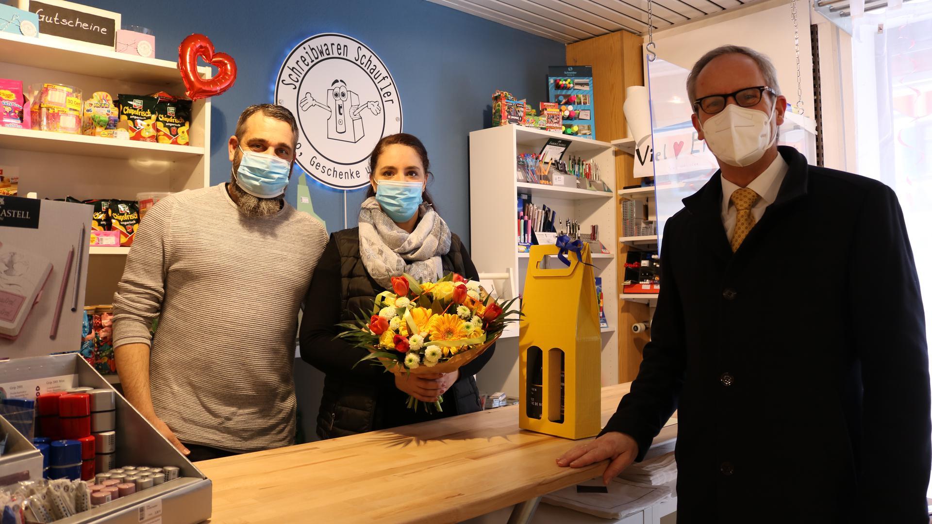 Bürgermeister Eric Bänziger gratuliert Melanie und Oliver Schaufler zur Neueröffnung ihres Schreibwarengeschäfts