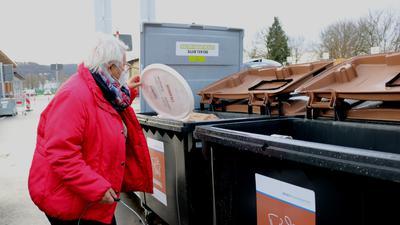 Mehr Anlieferungen werden verzeichnet: Gudrun Schulz ist auf den Weingartener Wertstoffhof gekommen, um dort den Biomüll abzugeben.
