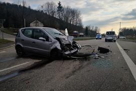 Zwei beschädigte Autos nach einem Unfall auf der B3