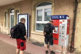 Zwei Männer an Fahrkartenautomat.