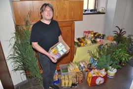 Pfarrer Jochen Stähle freut sich über jede einzelne Spende für den kirchlichen Erntedankaltar.