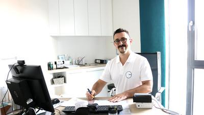 Der Arzt Florian Helmle vom MVZ Weingarten sitzt in seinem Büro.