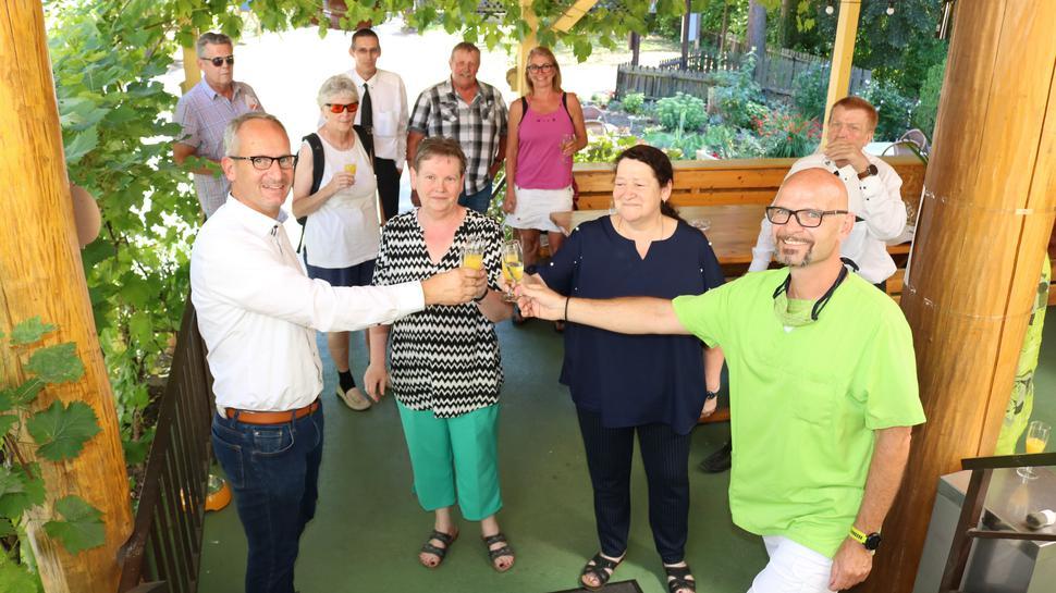 Auf das Projekt des Vorgelverein Waldbrücke Weingarten anstoßen von links  Eric Bänziger, die stellvertretende Vorsitzende Martina Fanz,  Ursula Bluhm und Gerd Britsch