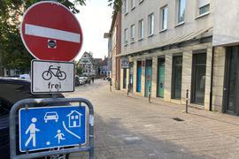 Sonderregel im Verkehr: In die Bahnhofstraße am Marktplatz in Weingarten dürfen Radfahrer von beiden Seiten einfahren.