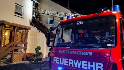 Feuerwehr löscht Garagenbrand