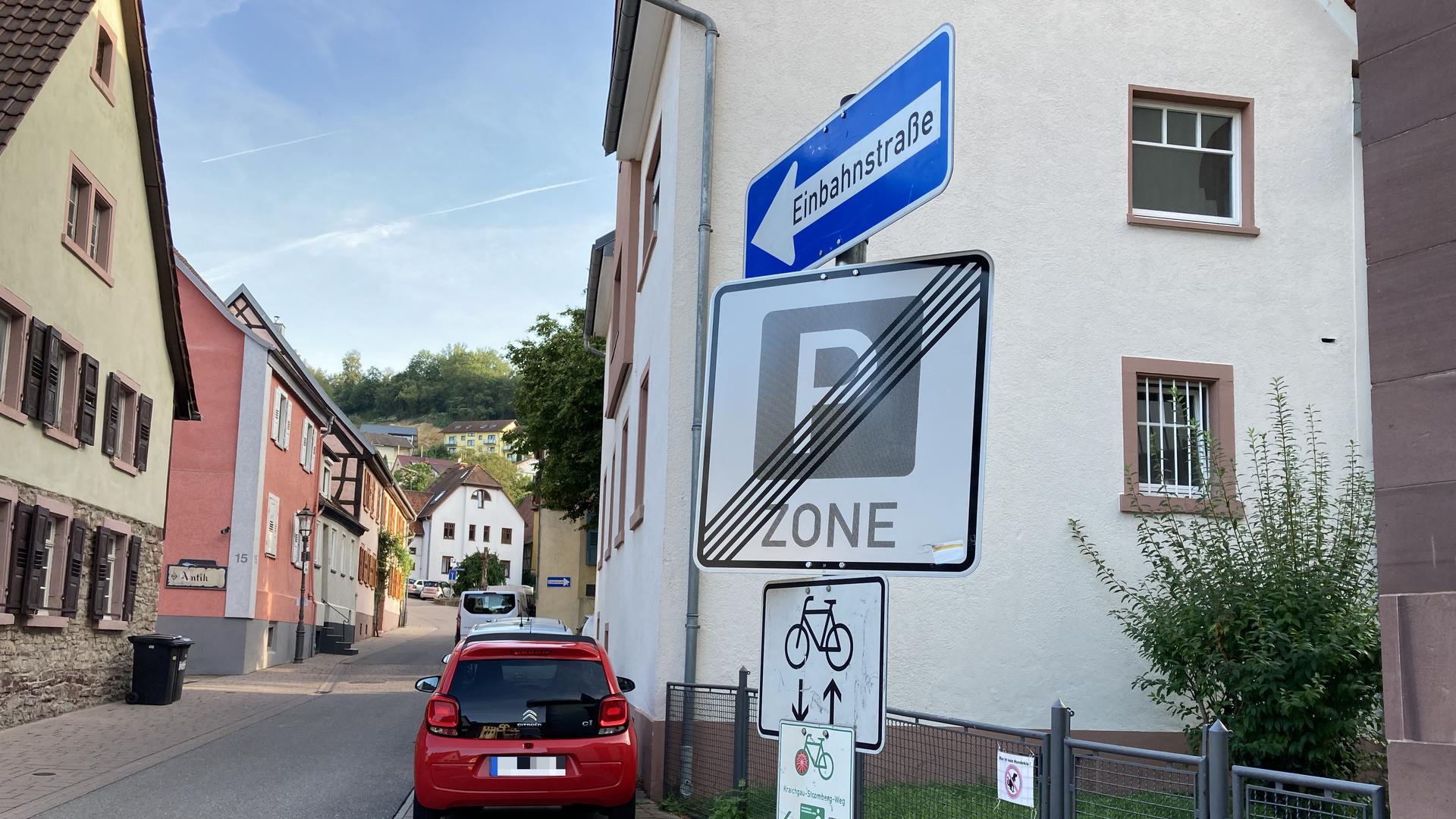 Radweg voraus: Ein kleines Schild mit einem Fahrradsymbol und zwei Pfeilen kennzeichnet die Freigabe an der Kirchstraße in Weingarten.