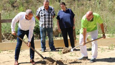 Von links Eric Bänziger, Hans-Erich Bluhm, Ursula Bluhm,Gerd Britsch beim Spatenstich für den Vogelverein Waldbrücke  aus Weingarten