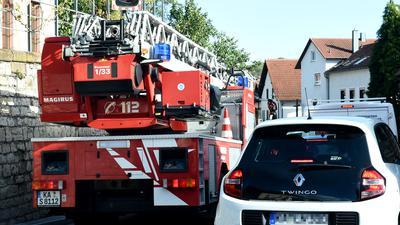 Feuerwehrauto steht in einer engen Straße