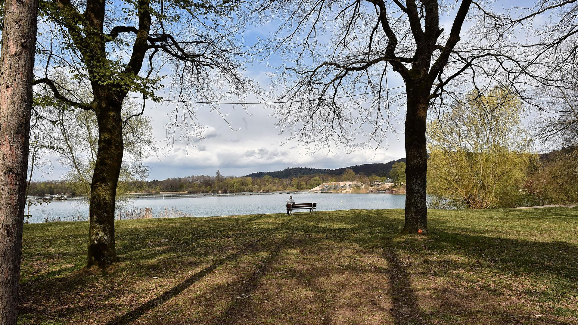 Blick auf die Liegewiese und den Baggersee in Weingarten.