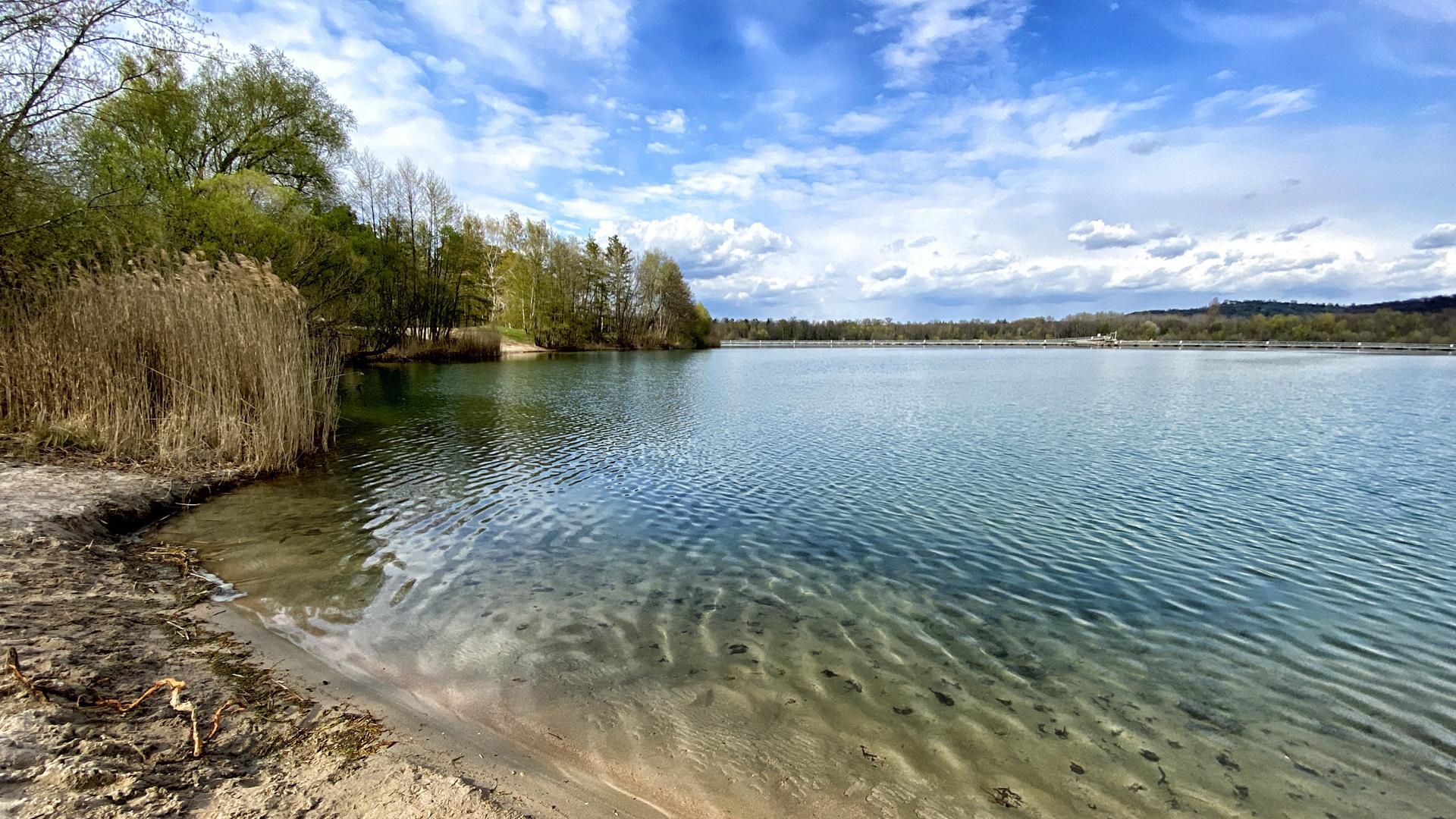 Blick auf den Baggersee in Weingarten, darüber blauer Himmel.