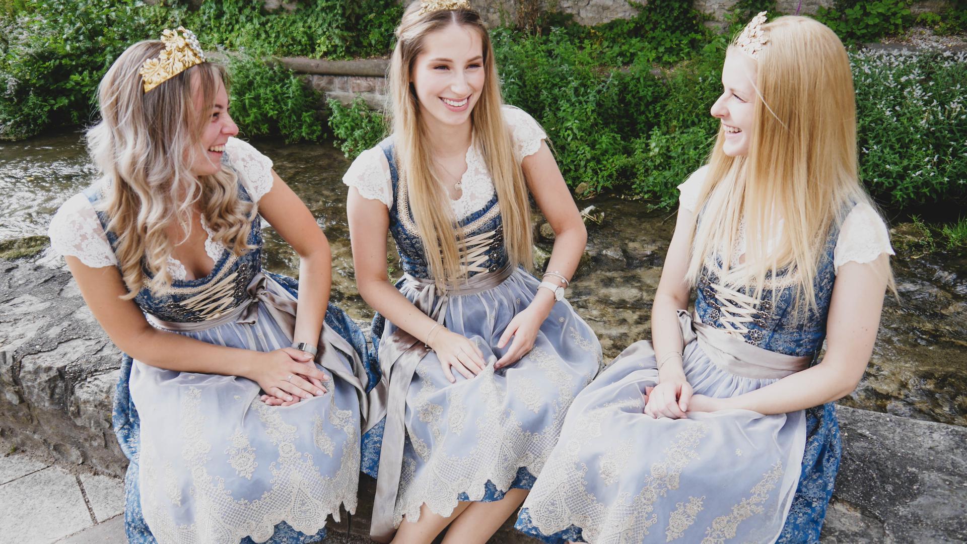 Drei junge Frauen auf der Bachbühne am Walzbach in Weingarten (von links Lea, Cristina, Charlotte).