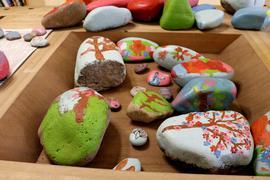 Bunt und vielfältig: Bemalte Ostersteine werden in diesen Tagen im Ort zu finden sein