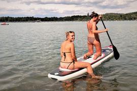 Stechen in See: Julia aus Karlsruhe und Jennifer (rechts) aus Heidelberg schippern mit ihrem SUP-Board entspannt über den Weingartener Baggersee.