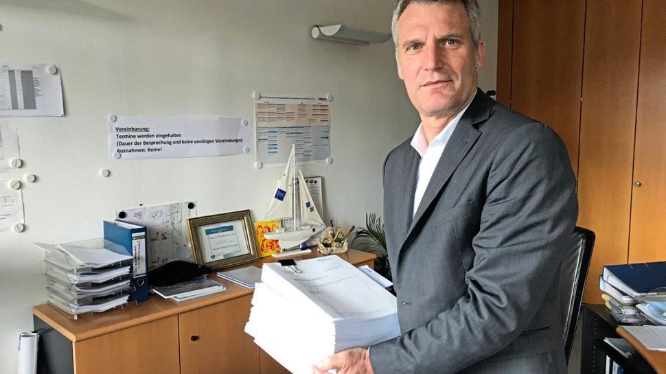 Olaf Kaspryk hält die Klageschrift in der Hand, mit der er gegen den mutmaßlichen Verursacher des PFC-Skandals vorgehen möchte.