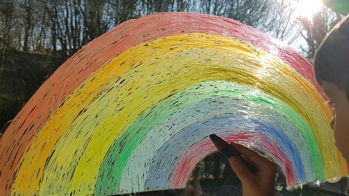 Kathleen Wollnack Sohn Mattis malte einen Regenbogen ans Fenster.