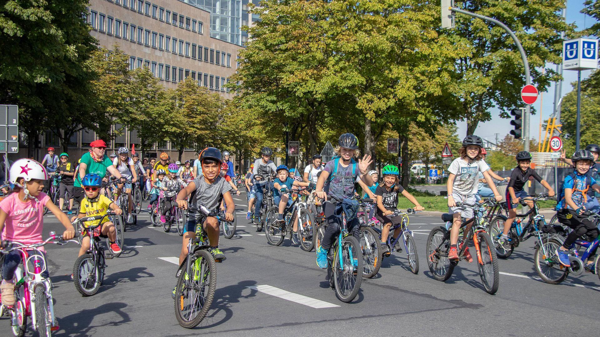 Mit Kind und Sack und Pack aufs Fahrrad: Familien erobern Stadtstraßen bei Kidical-Mass-Ausfahrten. Vorbild ist unter anderem Dortmund. Die Doppelpremiere für Karlsruhe und Ettlingen haben Aktive des ADFC fix und fertig vorbereitet.