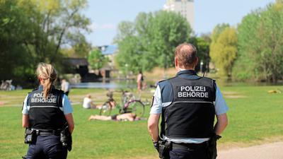 Der Kommunale Ordnungsdienst kontrolliert in den Grünanlagen der Stadt.