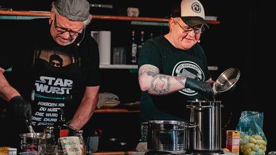 """Kochen statt rocken: Klaus-Peter """"Jumpes"""" Weber (Jubez) und Christian """"Plüschi"""" Bundschuh (Alte Hackerei) waren am Mittwoch bei der 13. Auflage der digitalen Koch-Show des KOHI zu Gast."""
