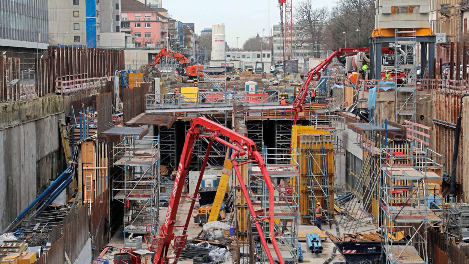 Alle Betonbauphasen für den Autotunnel sind in der Kriegsstraße zu beobachten. Das Foto zeigt Karlsruhes momentan größte Baustelle westlich des Ettlinger Tors mit Blick Richtung Karlstor, rechts die kahlen Bäume des Nymphengartens.