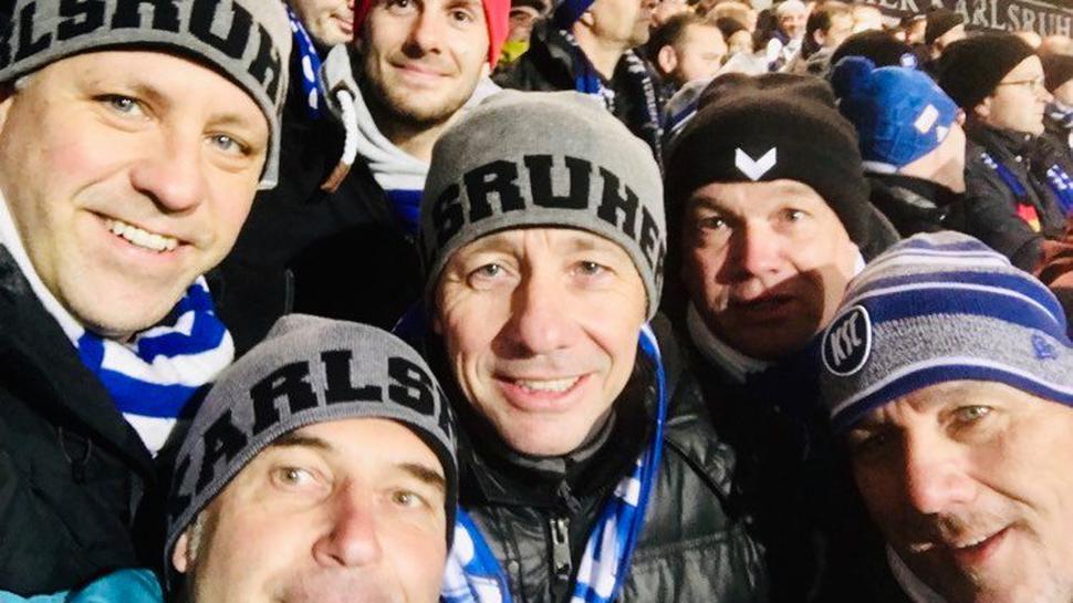 KSC-Fan Frank Theurer (links) und die anderen Dauerkarten-Inhaber.