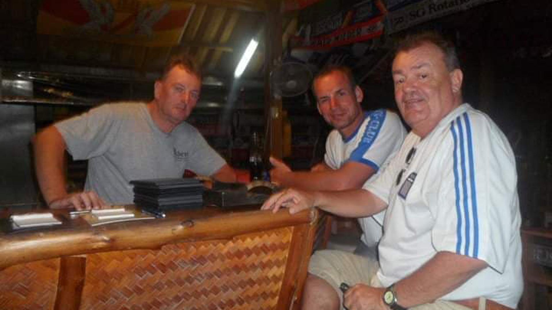Karlsruher unter sich: Peter (links) mit Heiko aus der Karlsruher Nordweststadt und Hansi aus Karlsruhe-Beiertheim, der auch schon seit 21 Jahren auf der Insel lebt.
