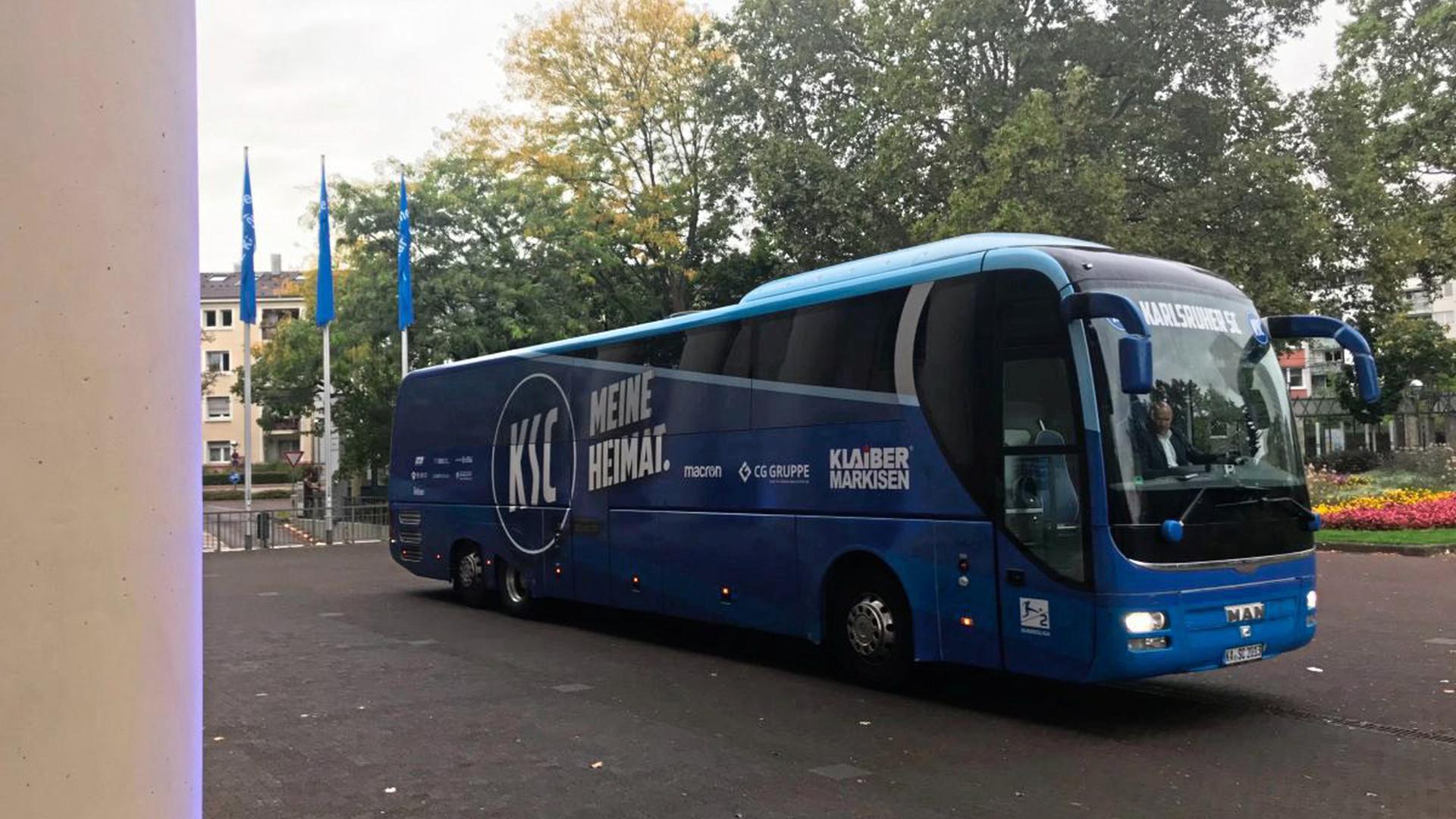 Der KSC-Mannschaftsbus vor dem Konzerthaus.