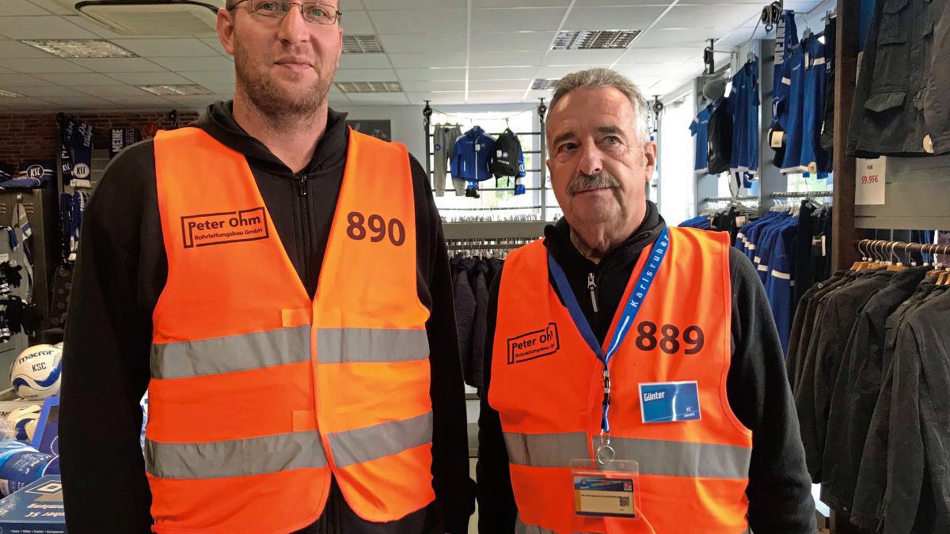 Jens Engelmann und Günter Krüger (von links) waren beim Kartenvorverkauf als Ordner im Einsatz.