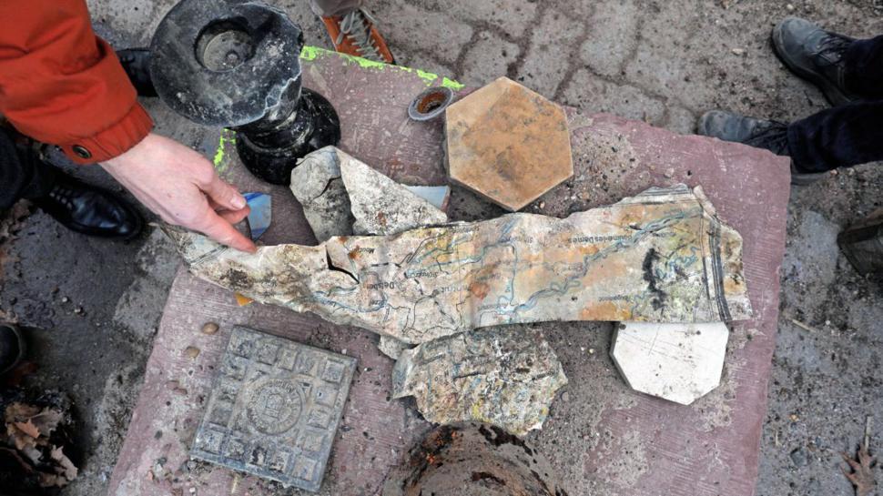 Fundstücke aus anderen Zeiten: Neben vielen Bodenfliesen fanden die Arbeiter im Stadionwall auch einen Stahlhelm und eine größere Landkarte der Region.