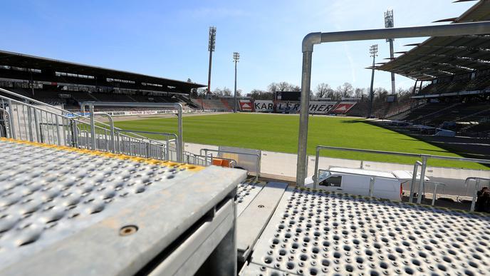 Blick von der provisorischen Tribüne ins Stadion.