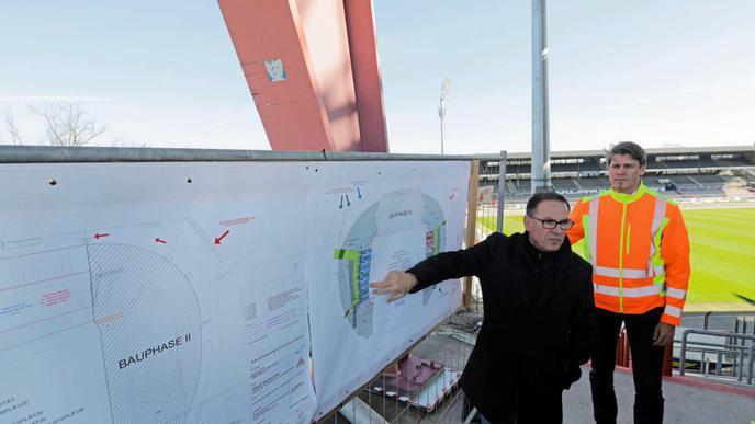 Werner Merkel (links) und Martin Suric erläutern den Bauablauf.