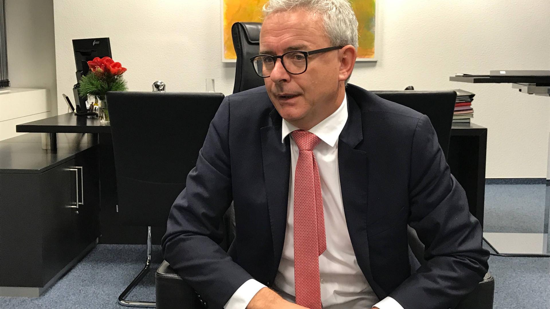 Appell an die Eigenverantwortung: Landrat Christoph Schnaudigel kann die langfristigen Auswirkungen auf den Landkreis noch nicht abschätzen.