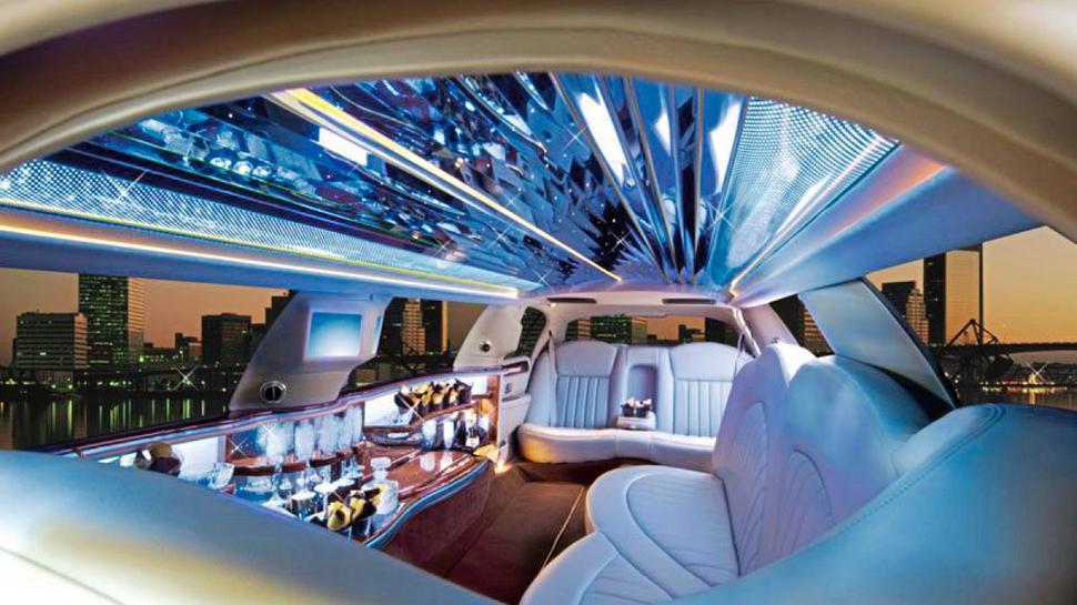 Futuristisch sieht es im Inneren der Lincoln Town Car Limousine aus. Wer gewinnt, kommt in den Genuss einer einstündigen Fahrt in dem edlen Automobil.